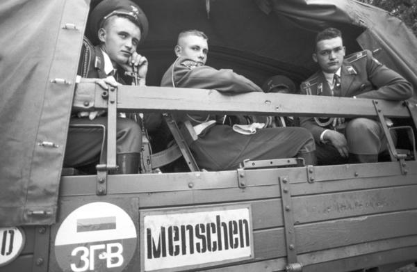 """Berlin: Die Abschiedsfeiern und Verabschiedung der russischen Truppen im Treptower Park in Berlin am 31. August 1994 """"Abzug"""" (1994). Foto: Daniel Biskup"""