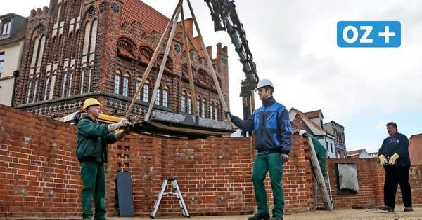 Sieben Grabplatten zieren wieder das Wismarer Marien-Forum