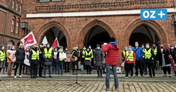 Krankenhaus-Mitarbeiter streiken vor dem Rathaus in Grimmen