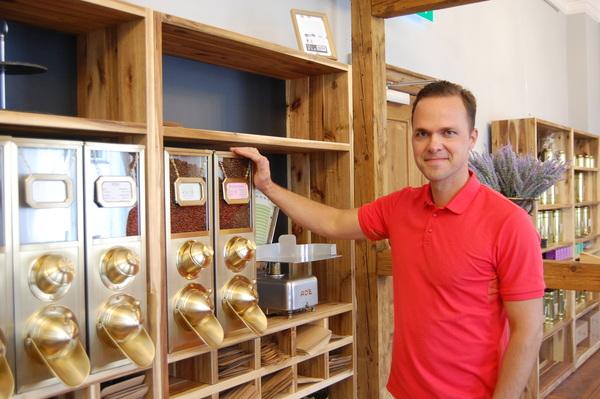 Michael Scheibe, Betreiber des Hotels Prinz Heinrich, hat eine Kaffeerösterei im Lendelhaus auf Werders Insel eröffnet. Foto: Annika Jensen