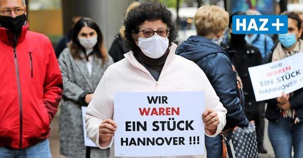 Mitarbeiter protestieren vor der Karstadt-Filiale in der Georgstraße