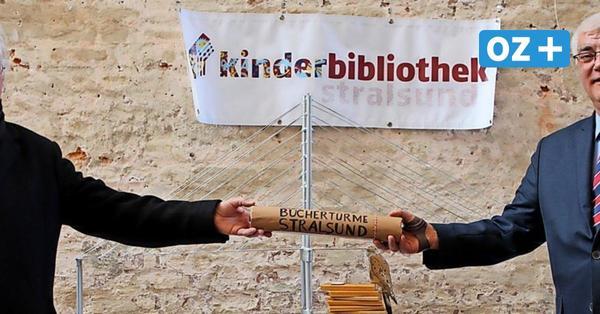 Stralsund: Staffelstab für Aktion Büchertürme weitergereicht