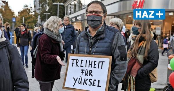 """Mahnwache für ehemalige Mitarbeiterin der Stadtverwaltung: """"Yüksel, wir sind bei dir"""""""