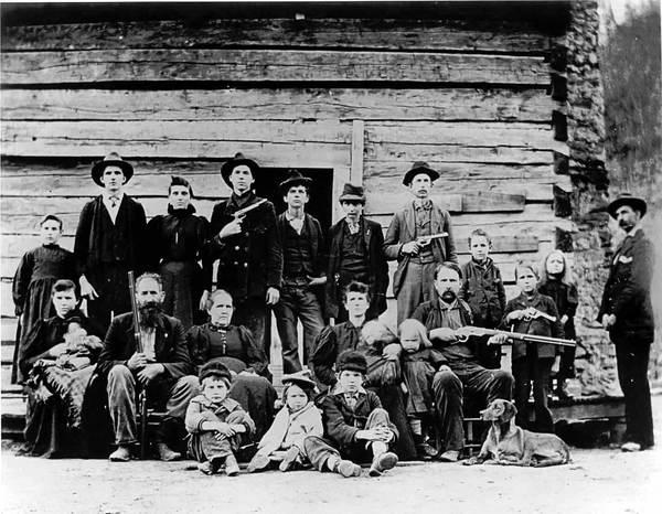 1897'de Hatfield ailesi. Kaynak: https://en.wikipedia.org/wiki/Hatfield%E2%80%93McCoy_feud#/media/File:HatfieldClan.jpg