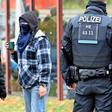 Umwelt-Aktivisten protestieren vor Kasseler VW-Werk
