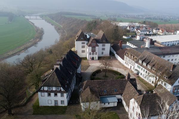 Hoch über der Weser liegt die Porzellanmanufaktur Fürstenberg. (Foto: Swen Pförtner/dpa)