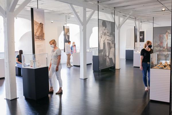 Die Ausstellung zeigt Stücke aus allen Epochen der Porzellanmacher- und Malereikunst. (Foto: Claudia Warneke)