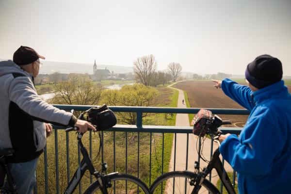 Die Stadt Höxter, vom Weserradweg aus betrachtet. (Foto: Moritz Frankenberg)
