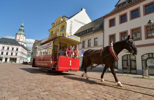34 Jahre lang prägte die Pferdebahn Döbelns Stadtbild Anfang des 20. Jahrhunderts. Heute fährt sie wieder und ist eine Touristenattraktion. Foto: Sven Bartsch