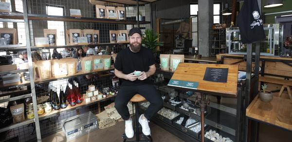 Ex-RB-Fußballer Tom Geißler betreibt das Café Franz Morish in der Goldschmidtstraße. Foto: Andre Kempner