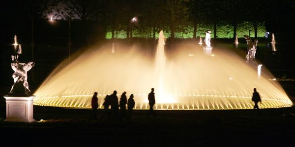 Festlich beleuchtet: Besucher können von Freitag bis Sonntag auch ihre eigenen Laternen mit den Großen Garten nehmen. (Foto: Rainer Jensen, dpa)