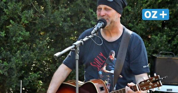 Rügener Musiker spielt bei erstem Konzert seit Corona in Larry's Bar