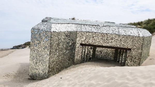 Le créateur du blockhaus miroir demande des droits d'auteur - Kunstenaar eist auteursrechten voor kunstwerk dat hij maakte van bunker