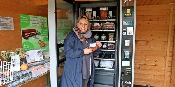Doreen Engelhardt bestückt den Automaten am Hof der Weidelandfarm in Rieben.