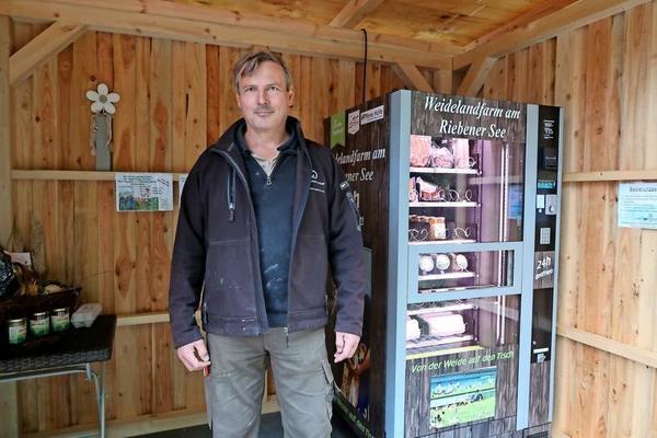 Für den Automaten in der Feldstraße in Bergholz-Rehbrücke hat Christian von Domarus das Holzhaus gebaut.