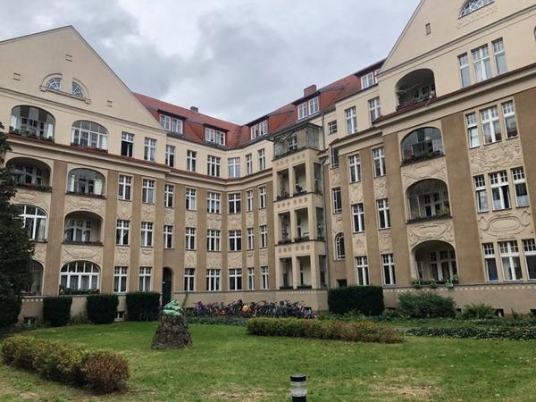 Der herrschaftliche Ehrenhof an der Hans-Sachs-Straße mit dem Löwenfelsen in der Mitte. Foto: Peter Degener