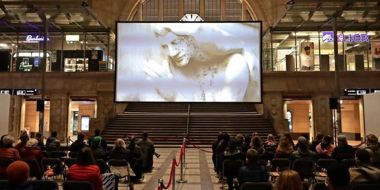 Rund die Hälfte aller Sitzplätze wurden Montag zur ersten DOK-Leipzig-Filmvorführung in der Osthalle des Hauptbahnhofs vergeben. Foto: André Kempner