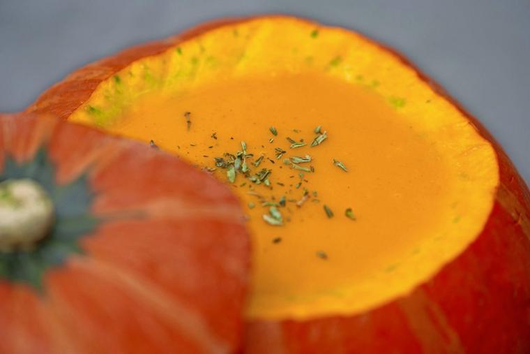 Die Suppe kann sogar im Kürbis serviert werden. Quelle: picture alliance / dpa-tmn