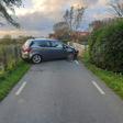 Auto rijdt tegen betonnen brugrand in Vriezekoop Zuid