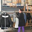 Kringloop Alkemade deelt kleding uit