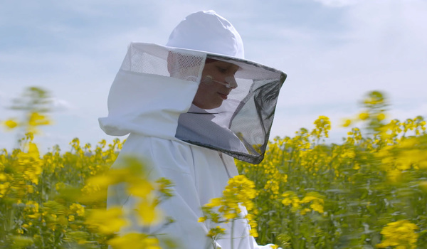 In between chemotherapy, 10-year-old Pien finds kinship with the honeybees she keeps | Aeon Videos