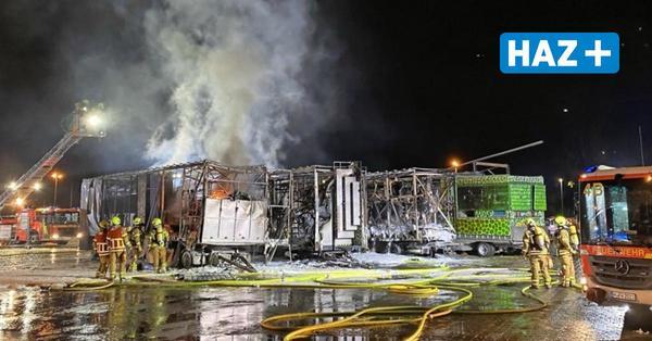 Einsatz der Feuerwehr: Brand zerstört Geisterbahn auf Hannovers Schützenplatz