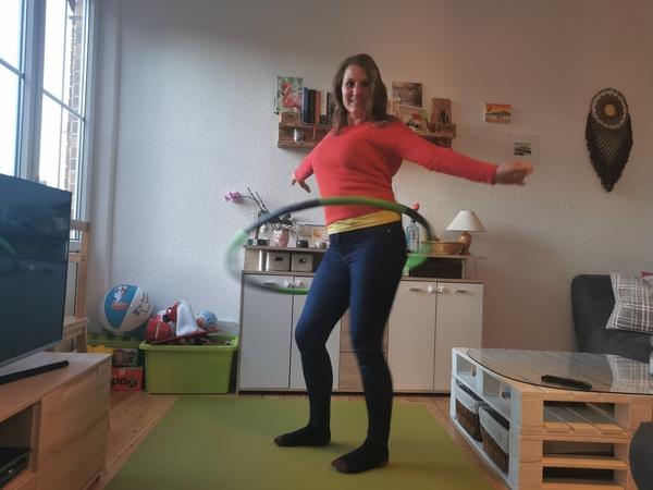 OZ-Volontärin Maria Baumgärtel beim Hula-Hoop-Training zuhause. Foto: privat