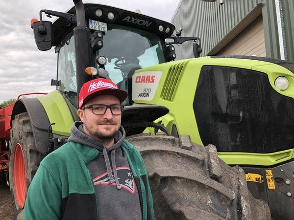 Landwirt Jan Bartel vor einem seiner drei Traktoren. Foto: Steve Reutter