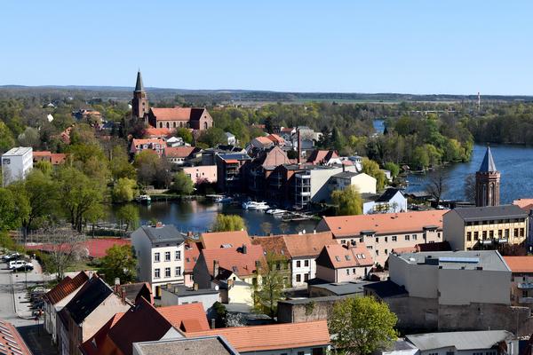 Ihre Waldmops-Tour können Sie am Dom (hinten links) starten. Von dort geht es zunächst zum Mühlentorturm (rechts). Foto: Rüdiger Böhme
