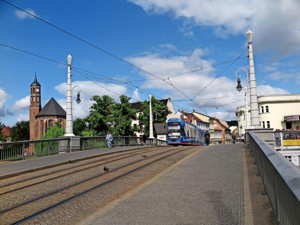 Über die Jahrtausendbrücke geht es in die Altstadt, gleich links befindet sich die St.-Johannis-Kirche. Foto: Heiko Hesse