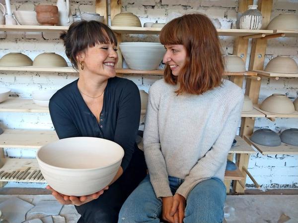 Nach japanischem Vorbild: Johanna und Verena töpfern in ihrem eigenen Studio Papaya. Foto: Johanna Schönfelder