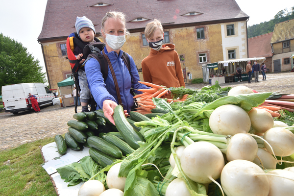 Abstand und Mund-Nasen-Schutz - am Wochenende ist Bauernmarkt im Kloster Buch. Foto: Sven Bartsch