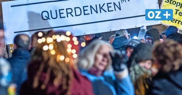 """Rund 400 """"Querdenker"""" protestieren gegen Corona-Politik in Schwerin: Bodo Schiffmann spricht zu Demonstranten"""