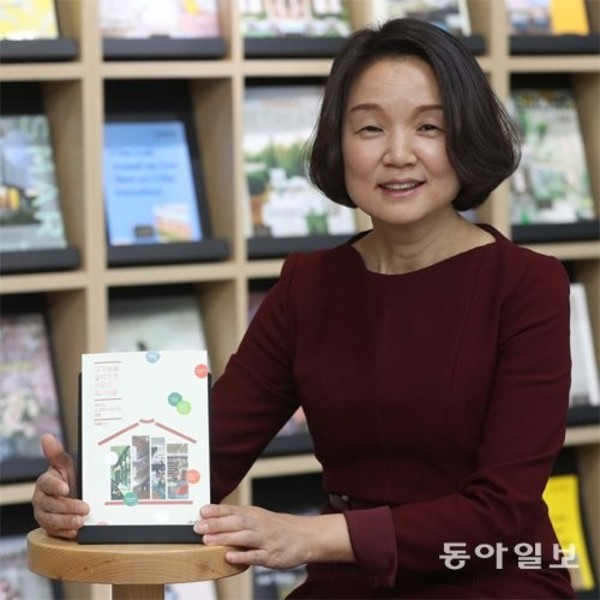 Library chief who visited 300 overseas libraries at her own expense   : The DONG-A ILBO