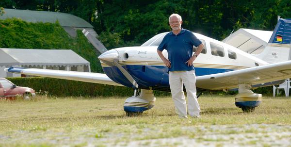 Ohne Segelflieger: Klaus Britze am Flugplatz Saarmund. Foto: Bernd Gartenschläger