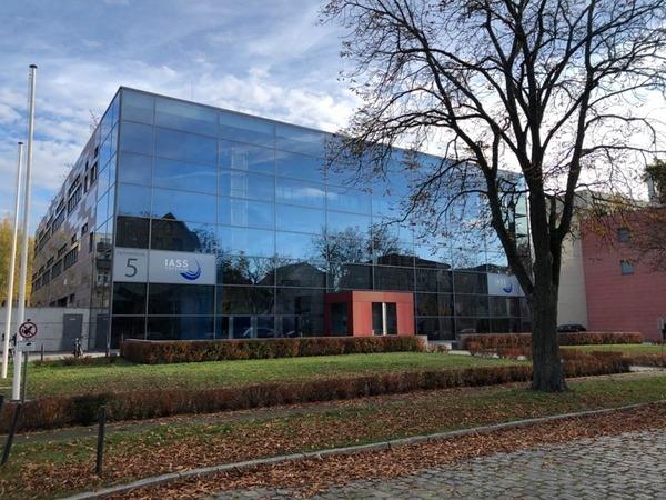 Der Glaskasten in der Helmholtzstraße in der Berliner Vorstadt. Foto: Peter Degener