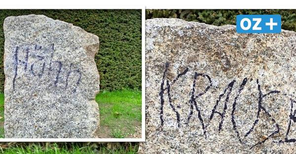 Unbekannte beschmieren Granitsteine mit Namen von Gemeindevertretern in Karlshagen