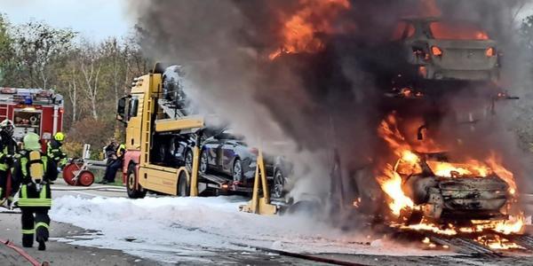 Lkw-Brand auf der A9 am Schkeuditzer Kreuz bei Leipzig löst Stau aus