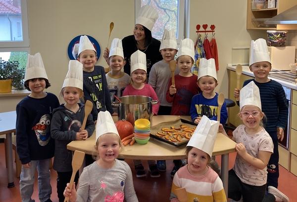 Die Gruppe Kindertheater und Erzieherin Cindy Grewe. (Foto: privat)