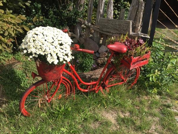 Das rote Rad steht am Mühlenweg in Althof. (Foto: Anja Levien)