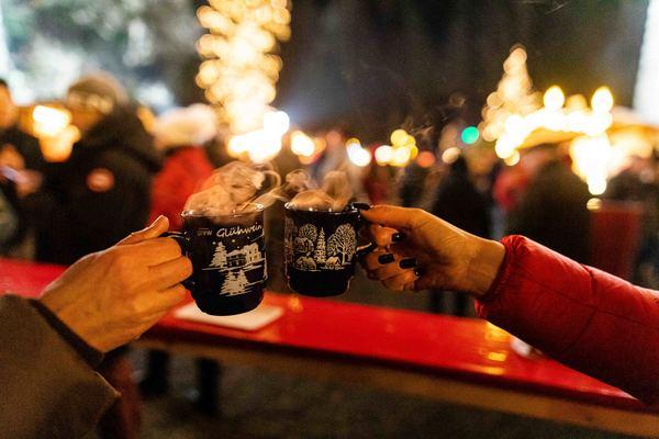 Mit Weihnachtsmarkt-Seligkeit dürfte es dieses Jahr nichts werden - einen guten Glühwein darf man sich aber trotzdem schmecken lassen. (Foto: Philipp von Ditfurth)