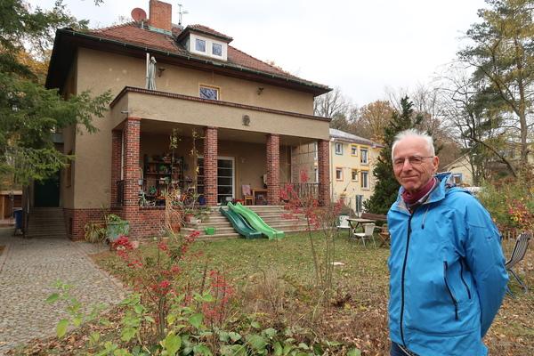 Das Schwesternheim in Michendorf wird saniert, Peter Bartels vom Verein Wohnmichel, der es gekauft hat und saniert. Foto: Jens Steglich