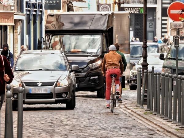 À Lille, la voiture toujours très présente aux heures de pointe malgré le confinement - Ondanks lockdown blijft auto sterk aanwezig in straatbeeld