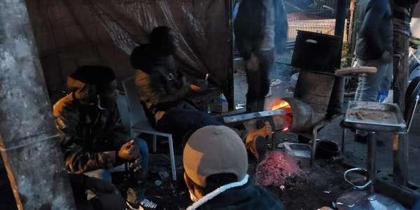 """«Dormir sous une tente, ça reste mieux qu'être là-bas»: à Lille, une soirée avec les Ivoiriens de la rue - """"Slapen in een tent is nog steeds beter dan daar te zijn"""": een avond met asielzoekers die op straat moeten leven"""