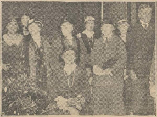De jubilaresse, Anna Kerling, zittend in het midden. Achter haar mevrouw Rosa Spanjaard, de voorzitster van 'Odis. Geheel rechts Willy Sluiter, de voorzitter van 'Pulchri Studio'. (Foto & bijschriftHaagsche Courant 19-05-1932)