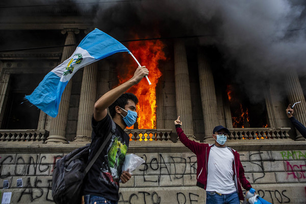 """""""'It's a symbol' someone said watching the video of the fire coming out of the windows of the building where on Wednesday, November 18, the deputies had decided to approve the most onerous budget in the history of Guatemala."""" Photo: Oliver de Ros."""