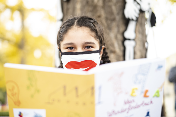 Die neunjährige Ela Amo aus Leipzig ist mit dem Wunderfinder-Tagebuch auf Entdeckertour. Foto: Alexander Prautzsch