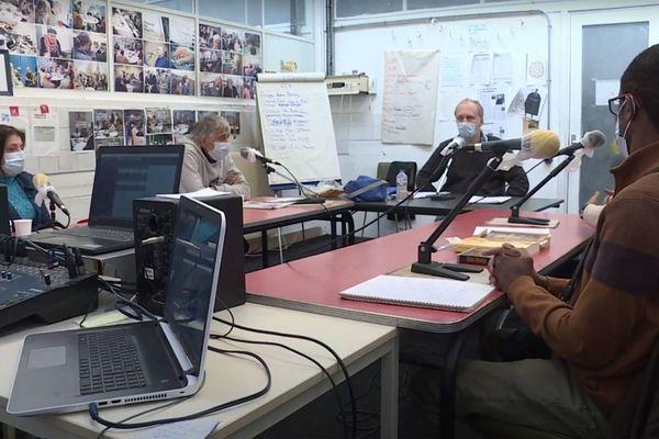 """À Roubaix, l'émission de radio """"Les Z'Entonnoirs"""" fait changer le regard sur la maladie mentale - Roubaix: radioprogramma 'Les Z'Entonnoirs' verandert wijze waarop we naar geestesziekten kijken"""