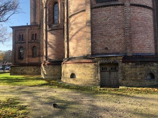 Die Pforte liegt an der Rückseite der katholischen Kirche St. Peter und Paul. Foto: Peter Degener
