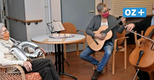 100. Geburtstag im Seniorenheim Grevesmühlen: So rührend wurde die Seniorin überrascht